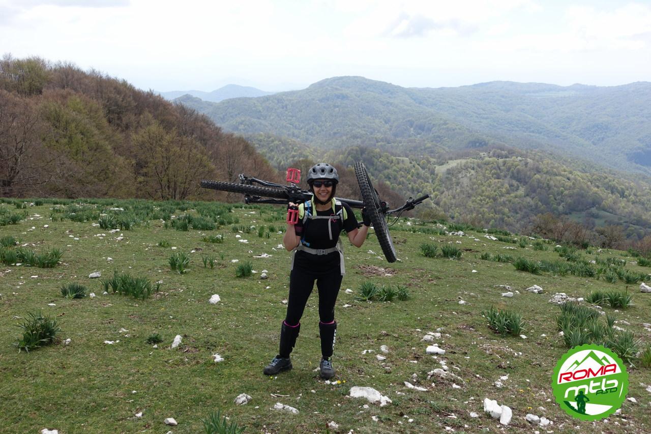 Monte Pellecchia - Finalmente la bici in spalla sta nella posizione giusta